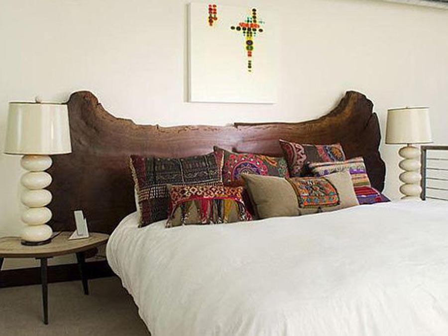 La testiera del letto matrimoniale - Letto in legno grezzo ...